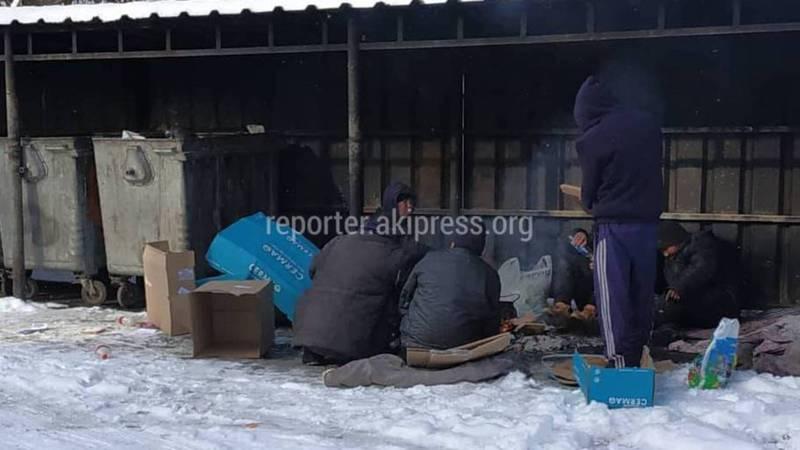 На Турусбекова-Сыдыкова круглосуточно бездомные люди жгут мусор, - бишкекчанин (видео)