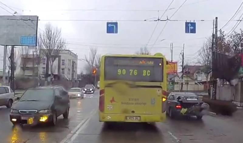 Водители автобусов с маршрутом №42 поворачивают со второго ряда (видео)