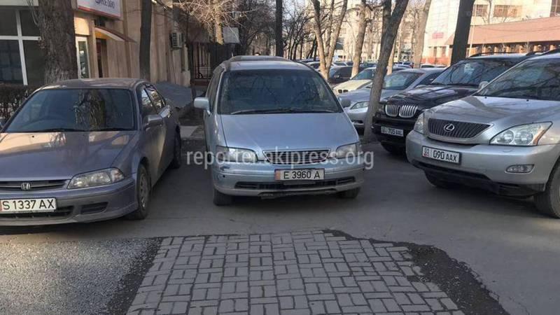 В Бишкеке на Турусбекова-Чокморова водитель «Хонды» припарковался на тротуаре, - горожанин (фото)