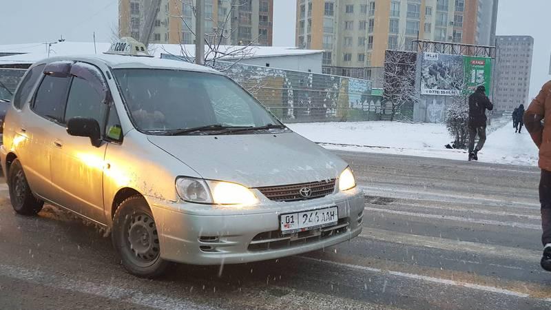 В Бишкеке на Ахунбаева-Тыналиева водитель такси нарушил ряд ПДД, - очевидец (фото)