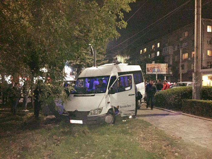 На Киевской-Эркиндик маршрутка №212 вылетела с дороги, есть пострадавшие <b><i>(фото, видео)</i></b>