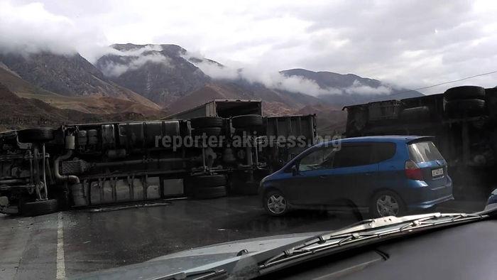 На автодороге Бишкек—Ош перевернулась фура <i>(видео)</i>