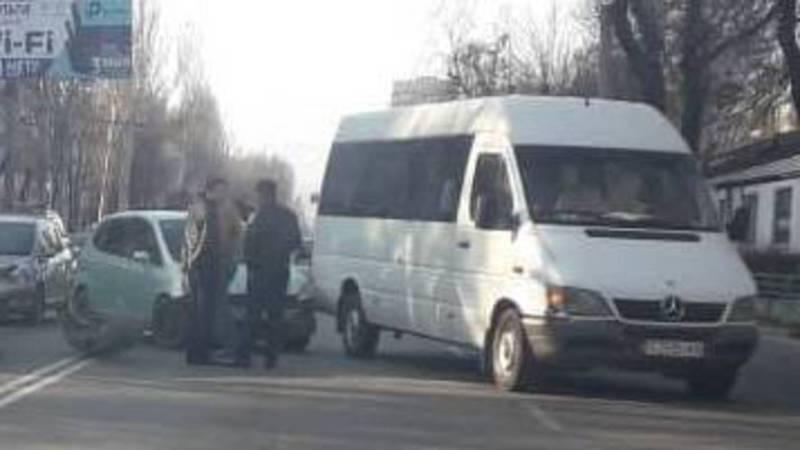 На Байтик Баатыра-Медерова столкнулись «Мерседес Спринтер» и «Хонда Фит», - очевидец (фото)