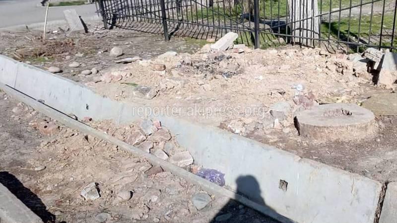 На Московская-Гоголя после демонтажа тандыра и павильона, не убрали оставшийся мусор (фото)