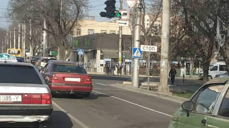 На Байтик Баатыра-Ахунбаева не хватает дорожного знака «Движение прямо» (фото)