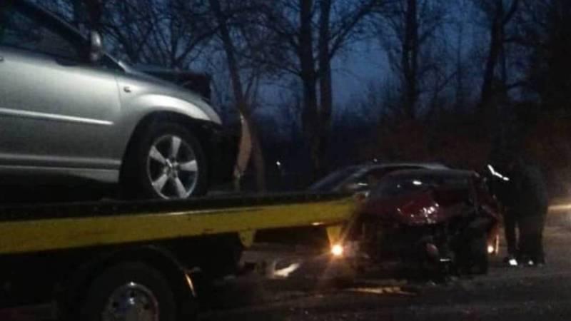 Фото, видео с места ДТП, где лоб в лоб столкнулись «Тойота» и «Лексус»