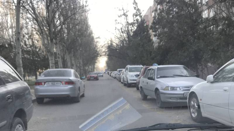 В Востоке-5 из-за парковки авто образуется затор и невозможно заехать во двор (фото)