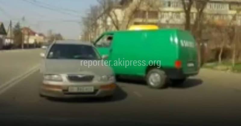 На ул.Токтоналиева водитель легковушки выехал на встречную полосу и, сдавая назад, врезался в бус (видео)