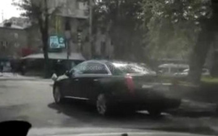 Правительственный «Кадиллак» припарковали в неположенном месте (видео)