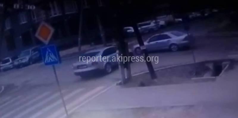 Видео — На Уметалиева-Рыскулова столкнулись «Ауди» и «Мерседес»