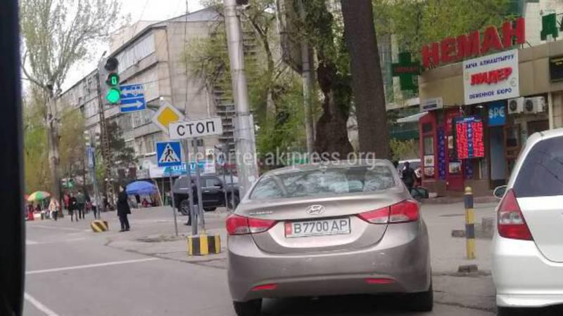 На Абдрахманова-Московской машины паркуются на полосе для поворота направо (фото)