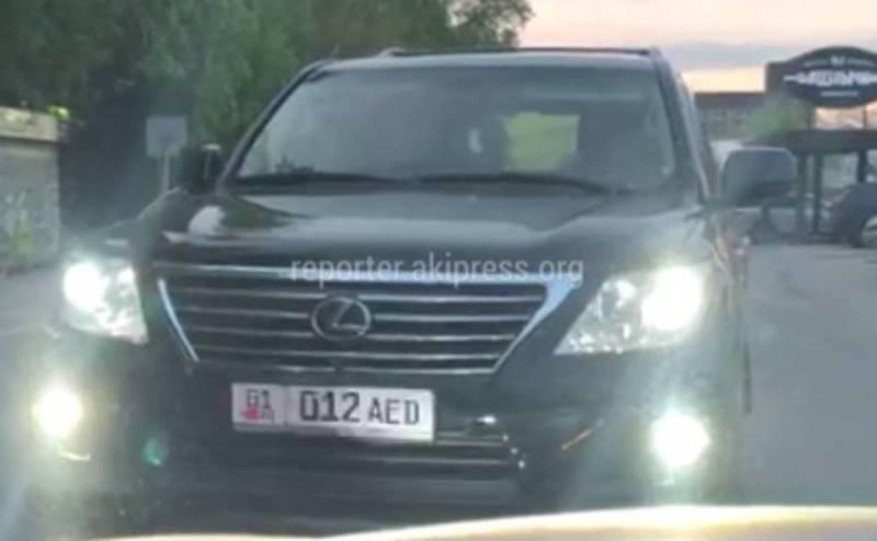 В 6 мкр водитель «Лексуса» выехал на встречную полосу и показал средний палец (видео)