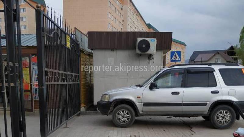 Житель жилмассива Кок-Жар интересуется, законно ли стоит павильон на ул.Куйручук напротив школы №88?