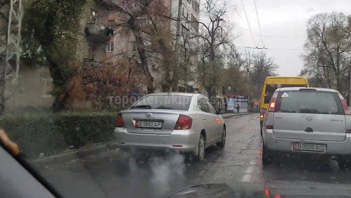 Читатель Санжар: За 3 минуты на ул.Московской более 10 машин нарушили ПДД и выехали на полосу для общественного транспорта <i>(видео)</i>