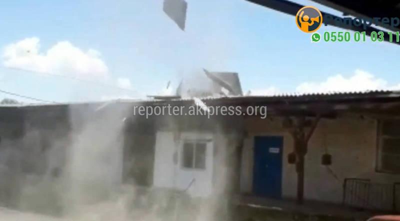 Видео — Вихрь в Бишкеке за 20 секунд разрушил крыши и повредил машины