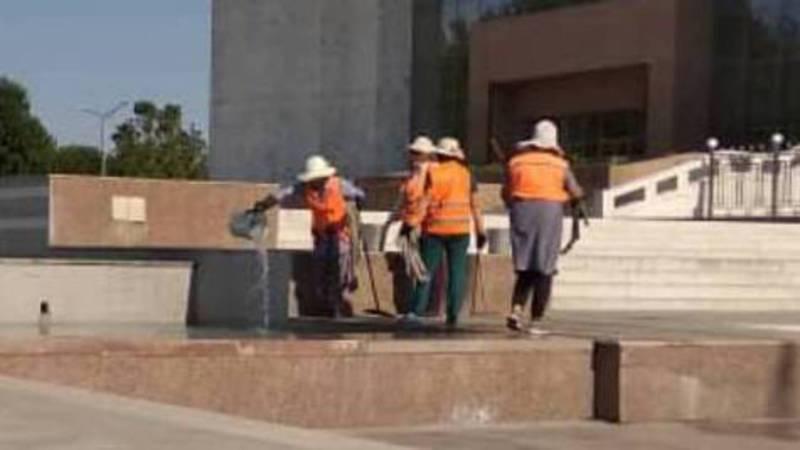 На площади Ала-Тоо сотрудники «Тазалыка» мыли тряпки в фонтане (фото)
