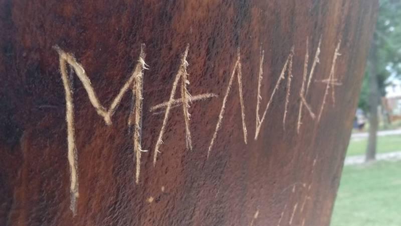 Вандалы «увековечили» свои имена некрасивым способом, - о надписях на деревянных комузах в парке Бишкека