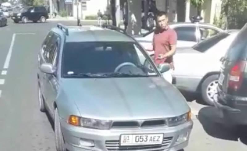 На Манаса–Киевской водитель «Мицубиси» припарковался на полосе встречного движения (видео)