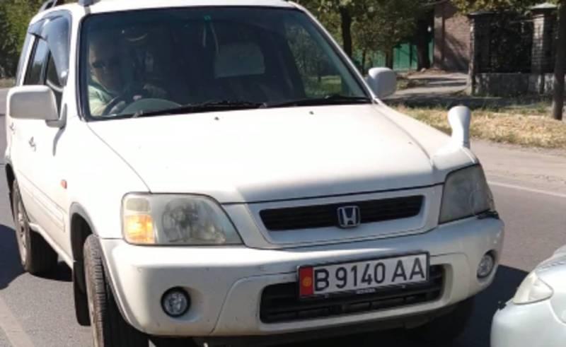 На Льва Толстого – Бакаева водитель «Хонды» хотел объехать пробку по встречке, но водитель «Мазды» помешал ему (видео)