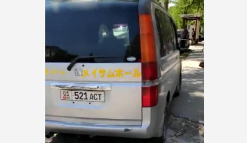 На Московской – Ибраимова водитель «Хонды» припарковался на тротуаре (видео)