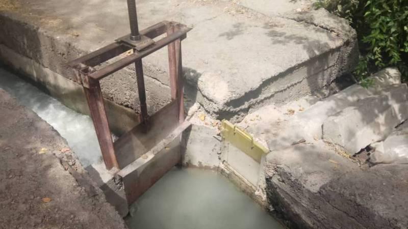 На ул. Сухомлинова №19 арычная вода топит двор, дом и гаражи (видео)