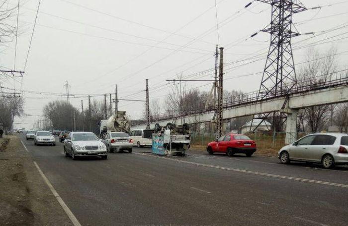На трассе Ош—Кара-Суу перевернулась машина <i>(фото)</i>