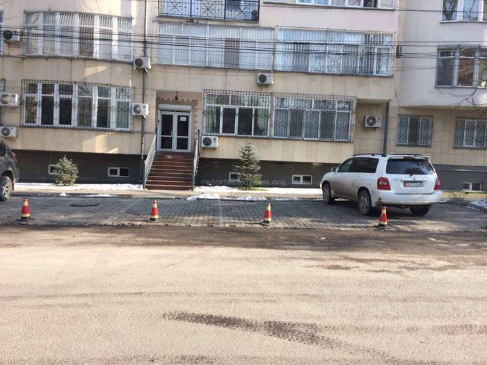 Законно ли расположена парковка на ул.Раззакова в Бишкеке? - читатель <i>(фото)</i>