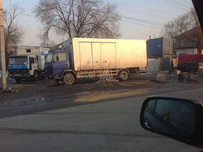 Горожанин просит убрать бетонные блоки на Боконбаева-Некрасова <i>(фото)</i>
