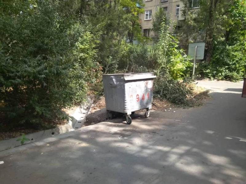 Сотрудники «Комтранскома» освободили мусорные контейнеры в 6 мкр
