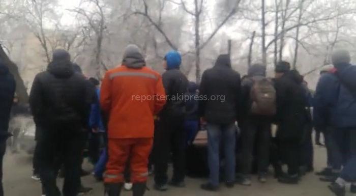 В Бишкеке на Турусбекова-Абдумомунова автомашина сбила двух девушек <i>(видео)</i>
