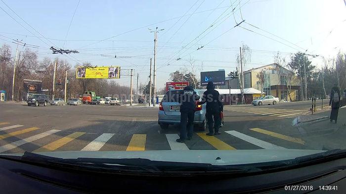 На Ахунбаева-Байтик Баатыра сотрудник ГУОБДД помог водителю толкать заглохшую машину <i>(видео)</i>