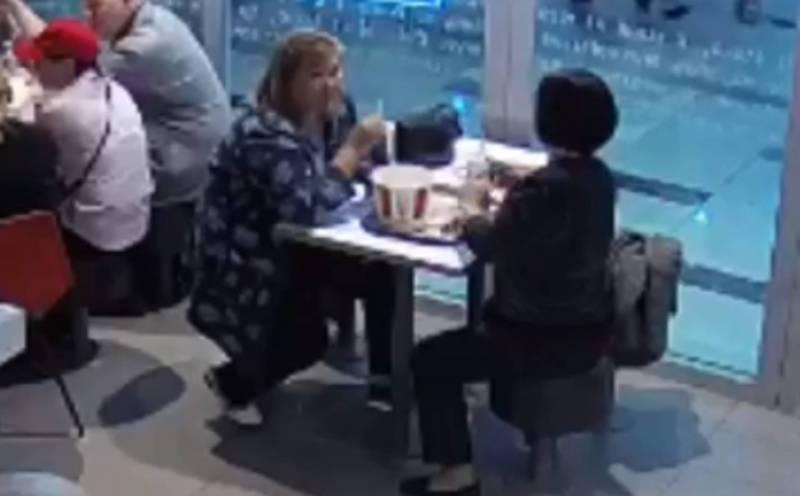 Момент кражи пальто из KFC попал на видео