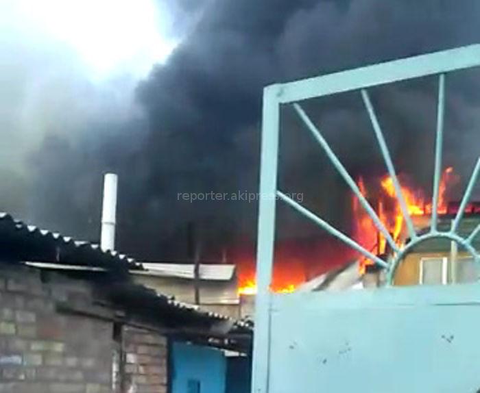 Видео — На Жибек Жолу—Эркиндик сгорел жилой дом