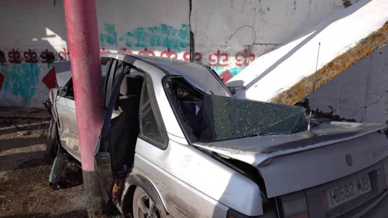 Видео — В селе Талды-Суу столкнулись две машины, от удара одна из них врезалась в остановку и разрушила ее