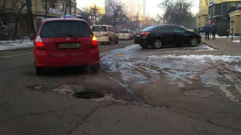 Люк на Боконбаева-Раззакова до сих пор стоит без крышки, - горожанин (фото)