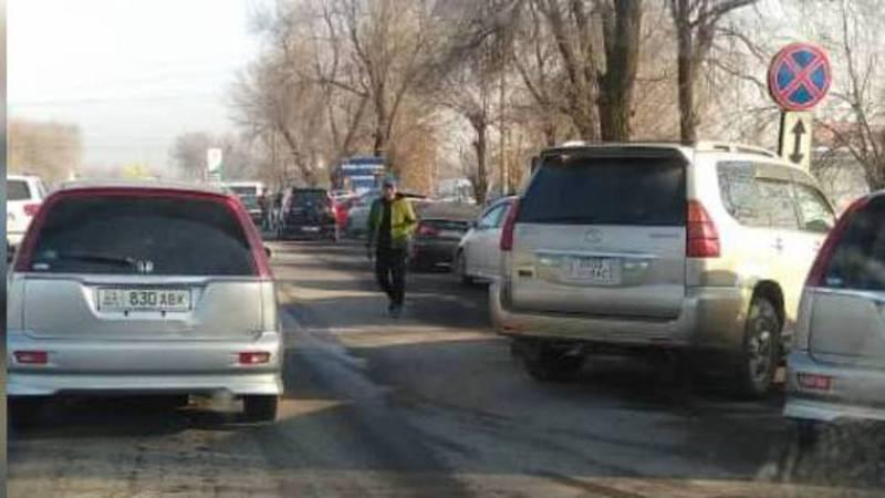 На улице Фрунзе водители игнорируют знак, запрещающий парковку (фото)