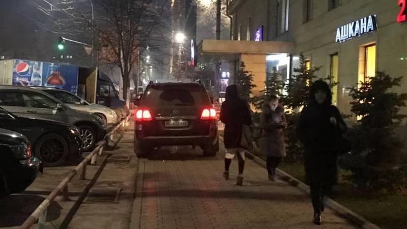 Фото — Водитель «Тойоты» припарковался на тротуаре у входа в кафе