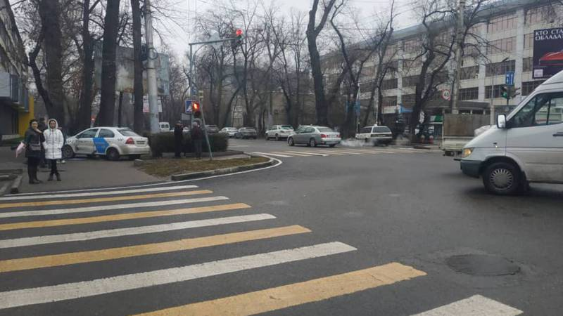 На Московской-Турусбекова сбили светофор (фото)