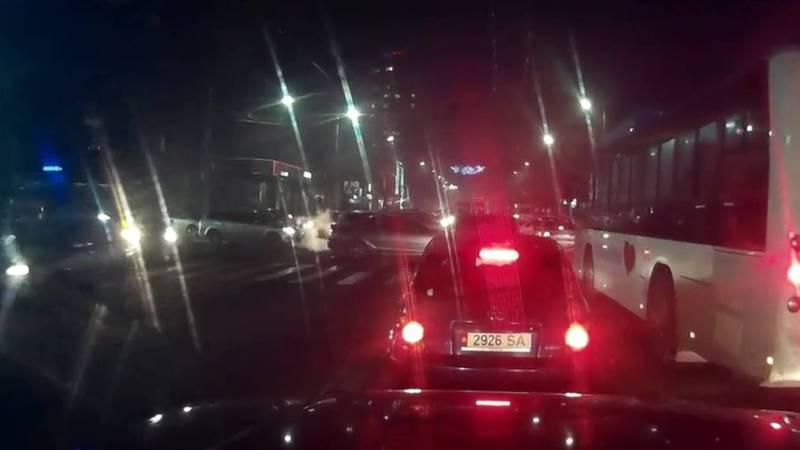Видео — На Байтик Баатыра-Горького не работал светофор, из-за чего образовалась пробка