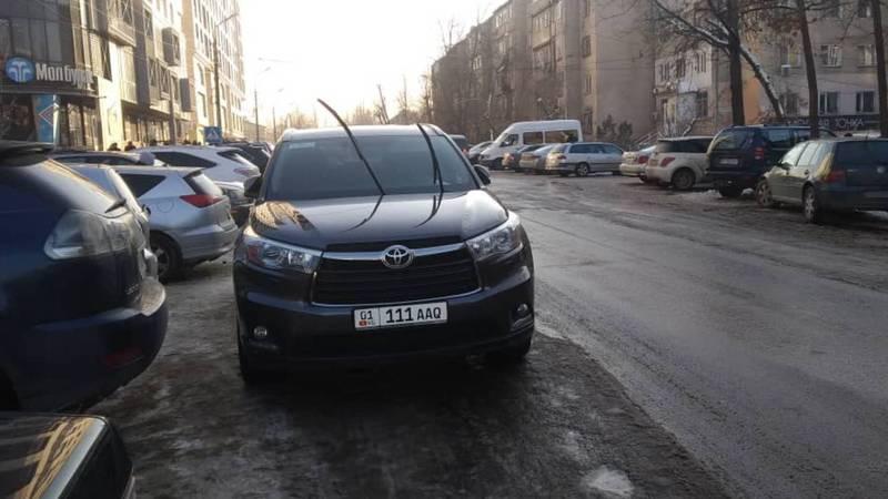 На ул.Турусбекова «Тойоту» припарковали на проезжей части. По Carcheck за ней числятся штрафы на 19 тыс. сомов. Фото