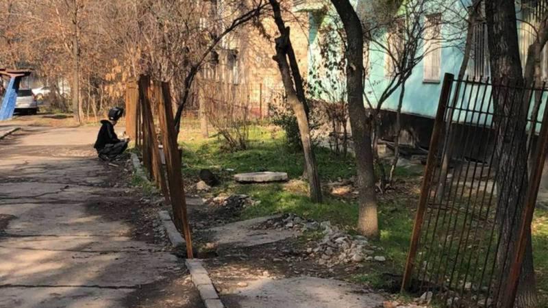 Выясняется законность строительства забора на ул.Сыдыкова