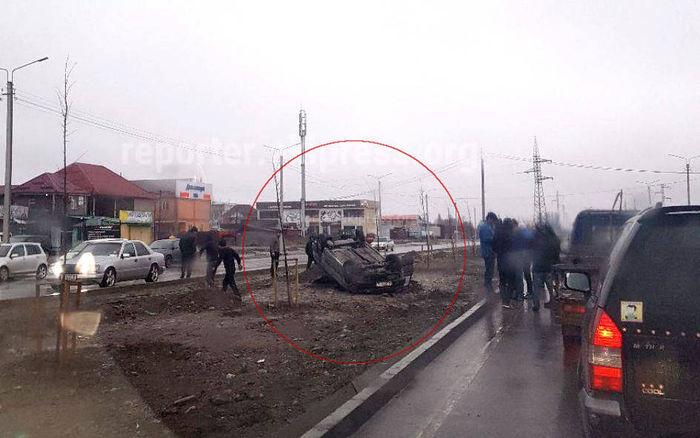 В Кызыл-Аскере перевернулся автомобиль <i>(фото)</i>