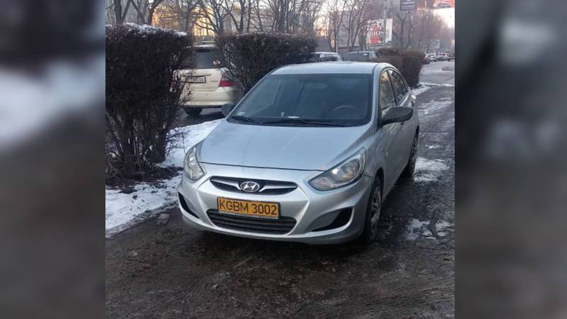 На Киевской-Ибраимова «Хендай» припарковали посреди дороги. Фото