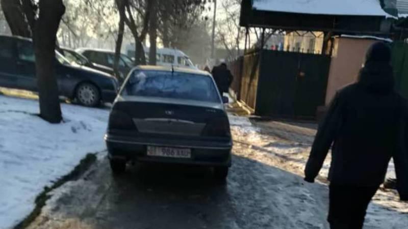 На Д.Сяопина-Каракумской машину припарковали на тротуаре. Фото
