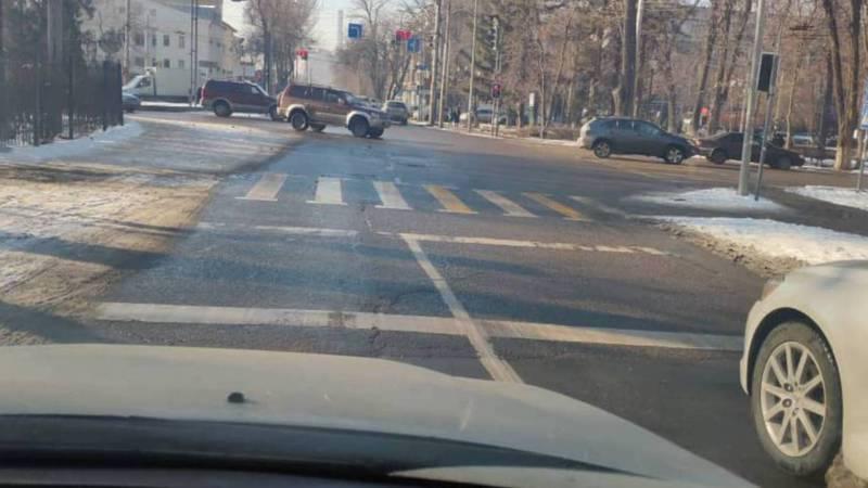На Молодой Гвардии-Боконбаева две разметки стоп-линии. Фото