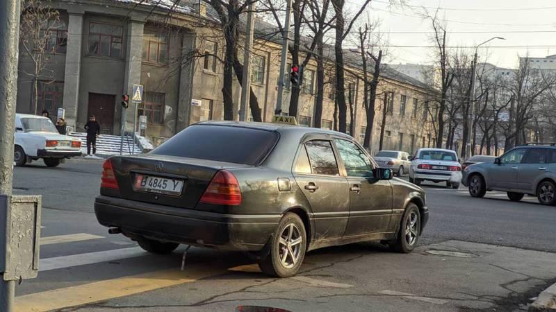 На Московской «Мерседес» припарковали на пешеходном переходе