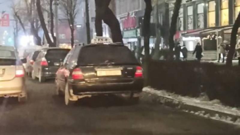 На проспекте Чуй припаркованные машины мешают движению общественного транспорта. Видео
