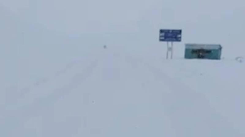 На перевале Өтмөк не посыпают дорогу, - очевидец (видео)