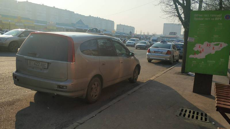 На улице Суеркулова водители такси припарковались на остановке. Фото
