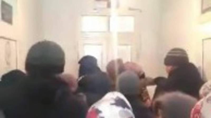 Жители Кара-Бууринского района жалуются на очереди в отделе ЗАГС. Видео
